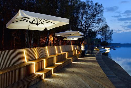 Wooden benches offer views across the water / Tomasz Zakrzewski / archifolio.pl