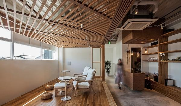 The architects embraced the small space and worked to give it a homely, cozy feel / Sayaka Hoshi / Syunichiro Sano