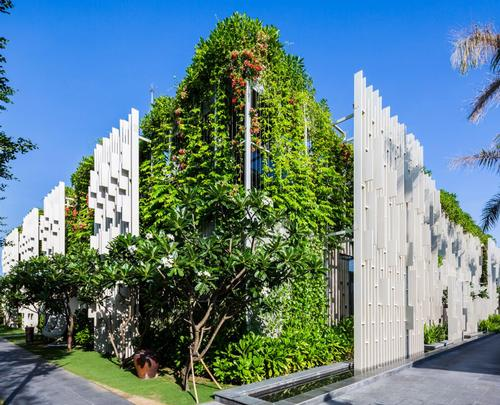 The spa's facade is composed of lattice patterns intertwined with vertical gardens / Oki Hiroyuki
