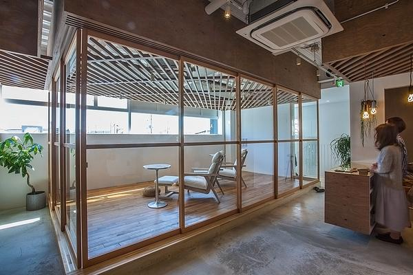 A separate waiting and relaxation area / Sayaka Hoshi / Syunichiro Sano