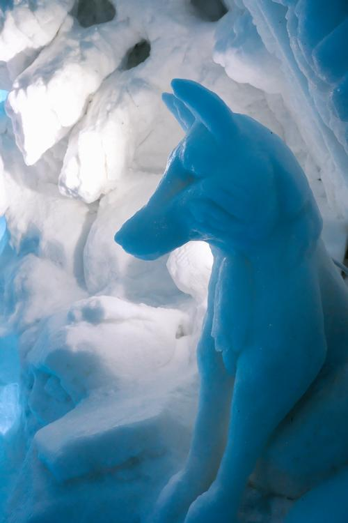 Rooms feature hand-sculpted ice works of art / © Renaud Philippe