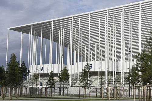 900 white columns replicate pine trees of the nearby Landes Forest / Francis Vigouroux / Herzog & de Meuron