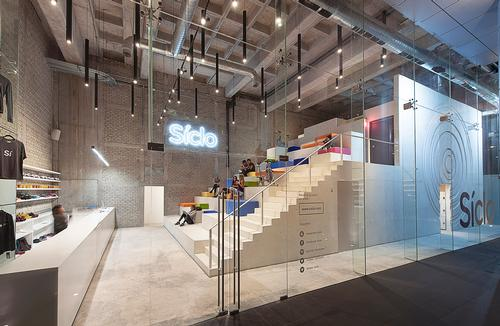 Síclo is a 420sq m (4,500sq ft) glass-fronted gym formed around a huge white concrete stairway / Jaime Navarro Soto