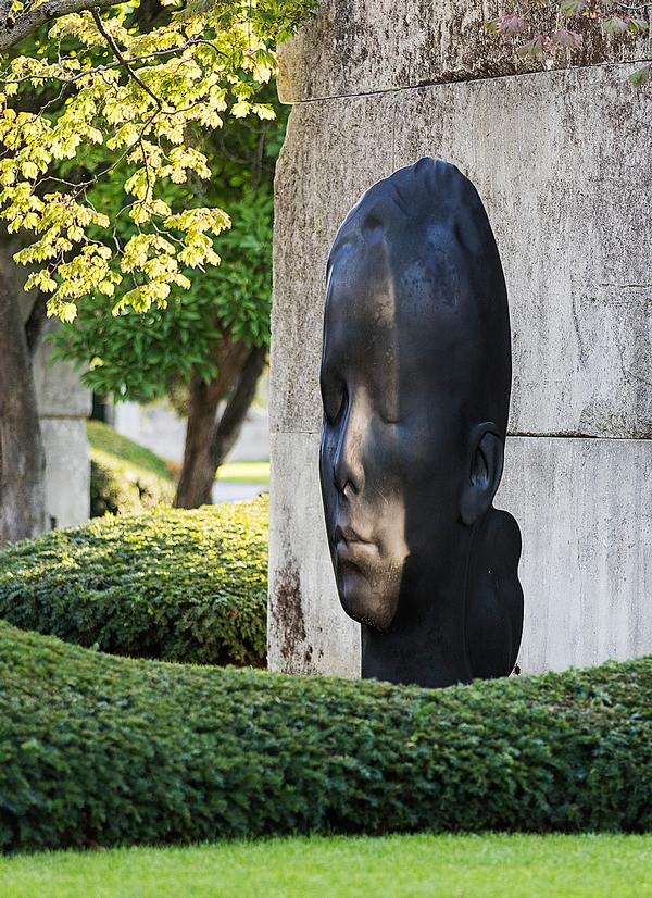 The museum includes sculptures by artists including Jaume Plensa