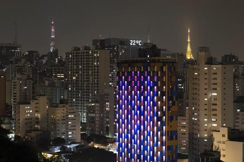 At dusk, the metal skin is lit with 200 strips of low energy LED lighting that give life to this 'luminous creature'