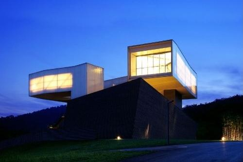 The museum is based at the opening of an architectural site in the Laoshan National Forest Park / Sifang Art Museum