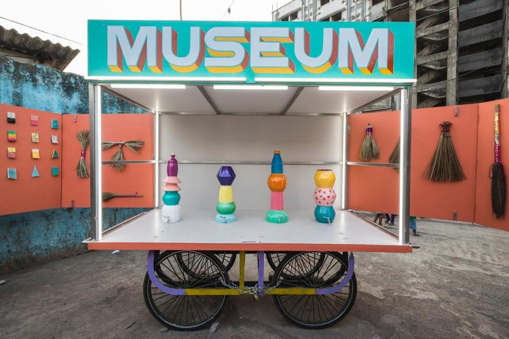 The museum contains a 24ft platform resting on a local metal vendor cart, which transports it around Dharavi / Design Museum Dharavi