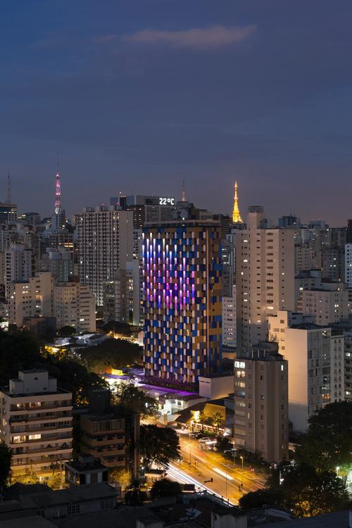Requena designed the new facade as a work of urban art – a 30-storey intervention that is visible both day and night