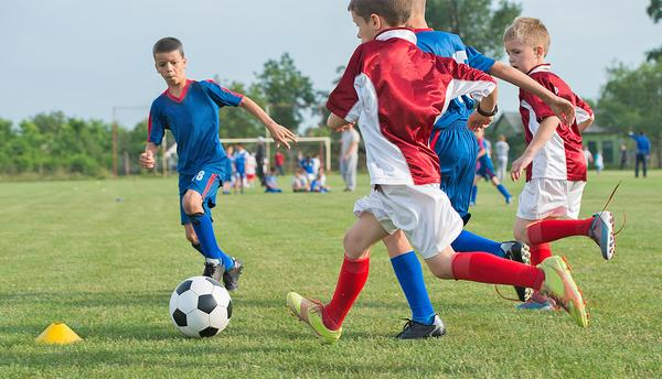 Involvement in team sports helps young people to build mental and physical resilience / © shutterstock/ Fotokostic