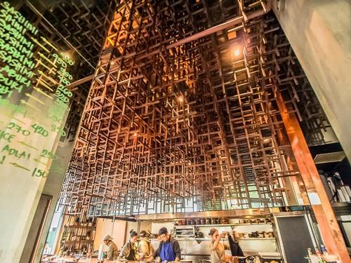 Jorge Yulo Architects & Associates created a suspended squares installation at Mecha Uma restaurant in the Phillipines / Mecha Uma