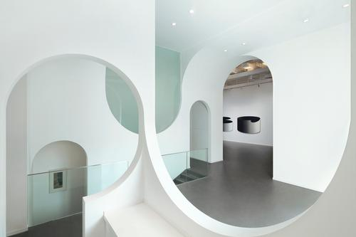 The continuous arch runs through the entire gallery like a ribbon