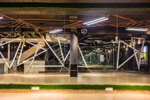Free standing triangular metal frames, crisscrossed with ropes, provide another aesthetic element / Studio Ardete
