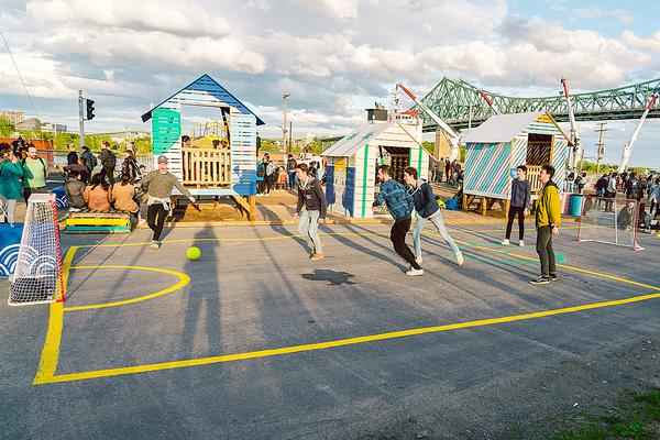 The Village au Pied-du-Courant features basketball courts