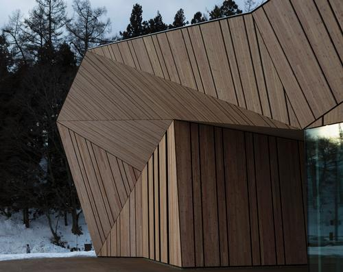 Local materials including Japanese larch have been used to create an authentic feeling / Fujitsuka Mitsumasa