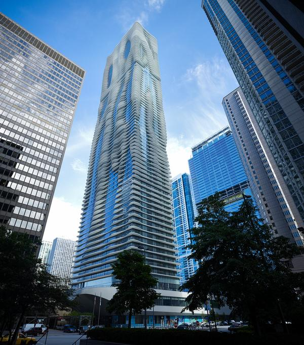 The undulating shape of Aqua Tower effectively 'confuses' the heavy Chicago winds, helping to stabilise the building / Steve Hall ©Hedrich Blessing