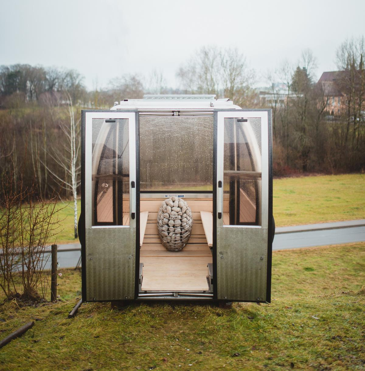 The sauna is small and lightweight, making it easy to transport from place to place / Saunagondel