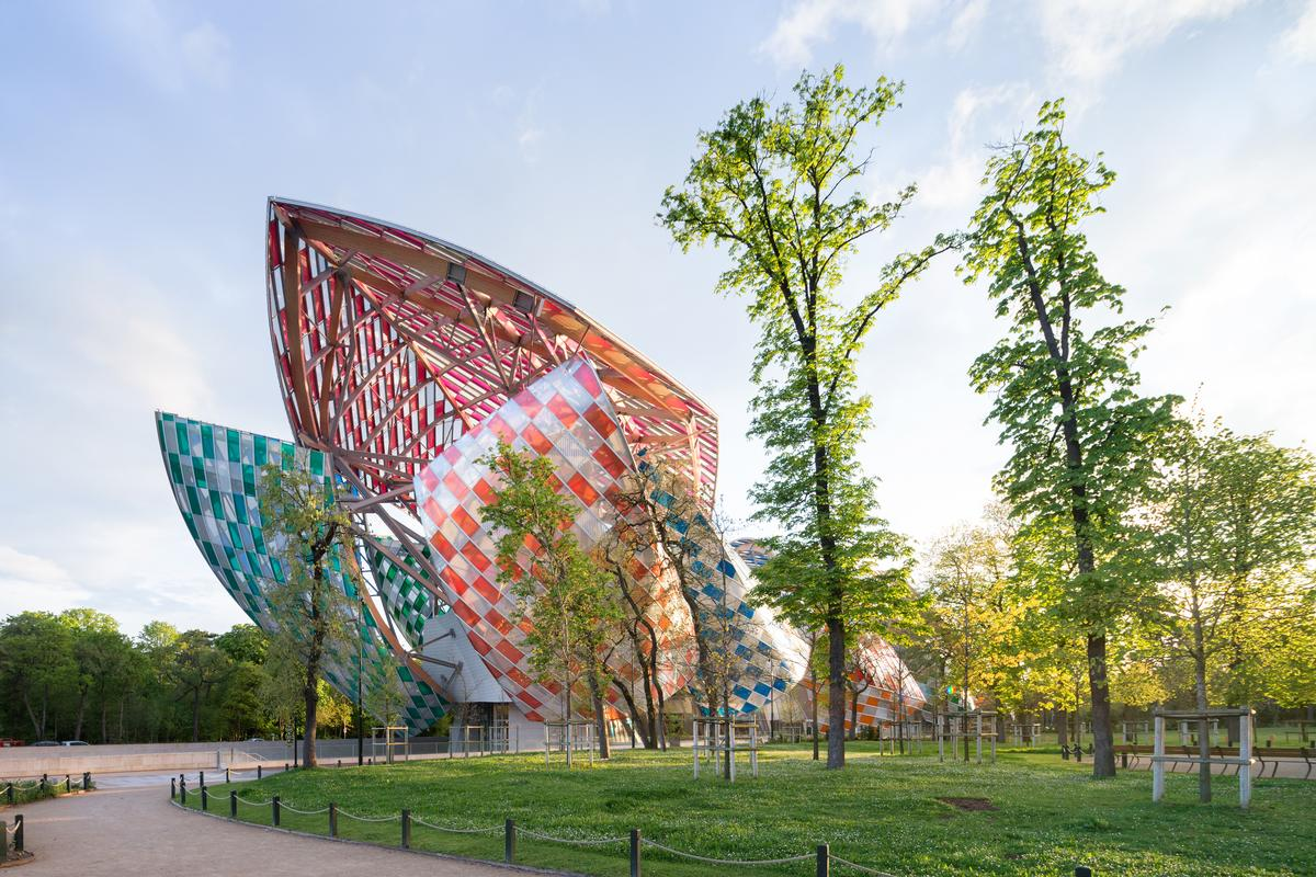 Daniel Buren has added staggered filters to each sail, punctuating them with alternating white and empty bands placed an equal distance apart and oriented perpendicular to the ground / Iwan Baan / Fondation Louis Vuitton