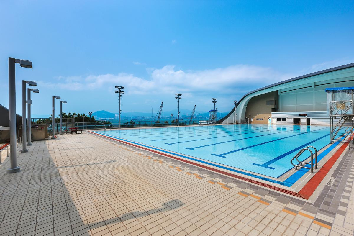 The pool is located in the heart of Hong Kong and looks out onto Victoria Harbour / Farrells