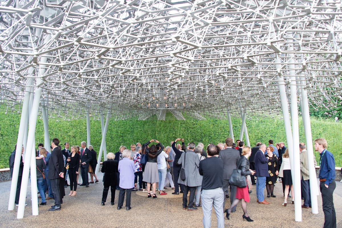 Visitors to the Hive learn about the lifecycle of bees / Jeff Eden, RBG Kew