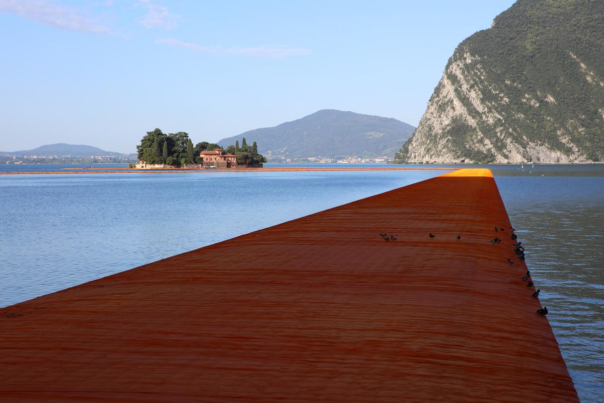 The walkways are 16 metres wide and around 35 centimeters high with sloping sides / Wolfgang Volz