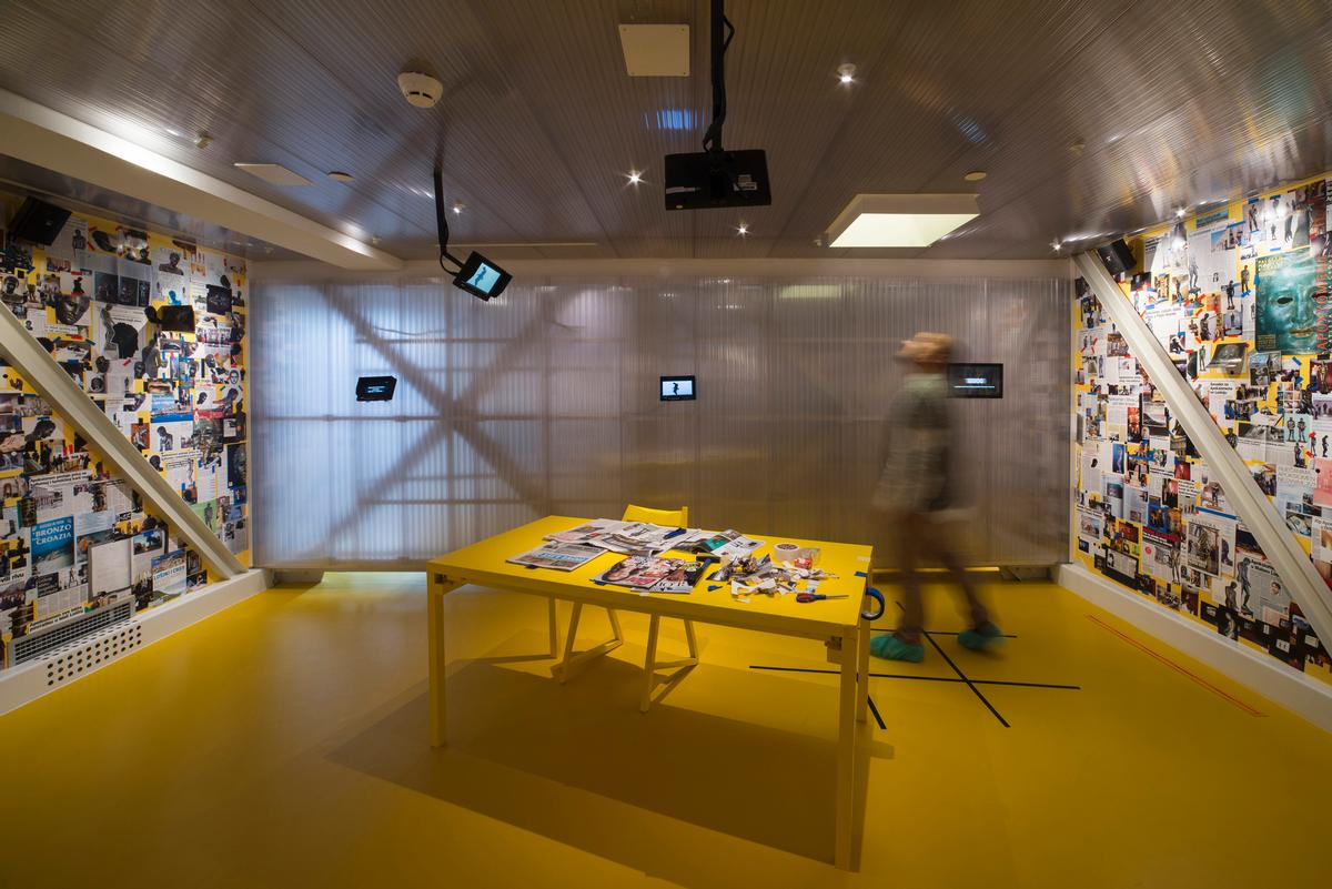 The media-inspired yllow room by MKF&AT and Bosnic+Dorotic looks at coverage related to the statue / Museum of Apoxyomenos