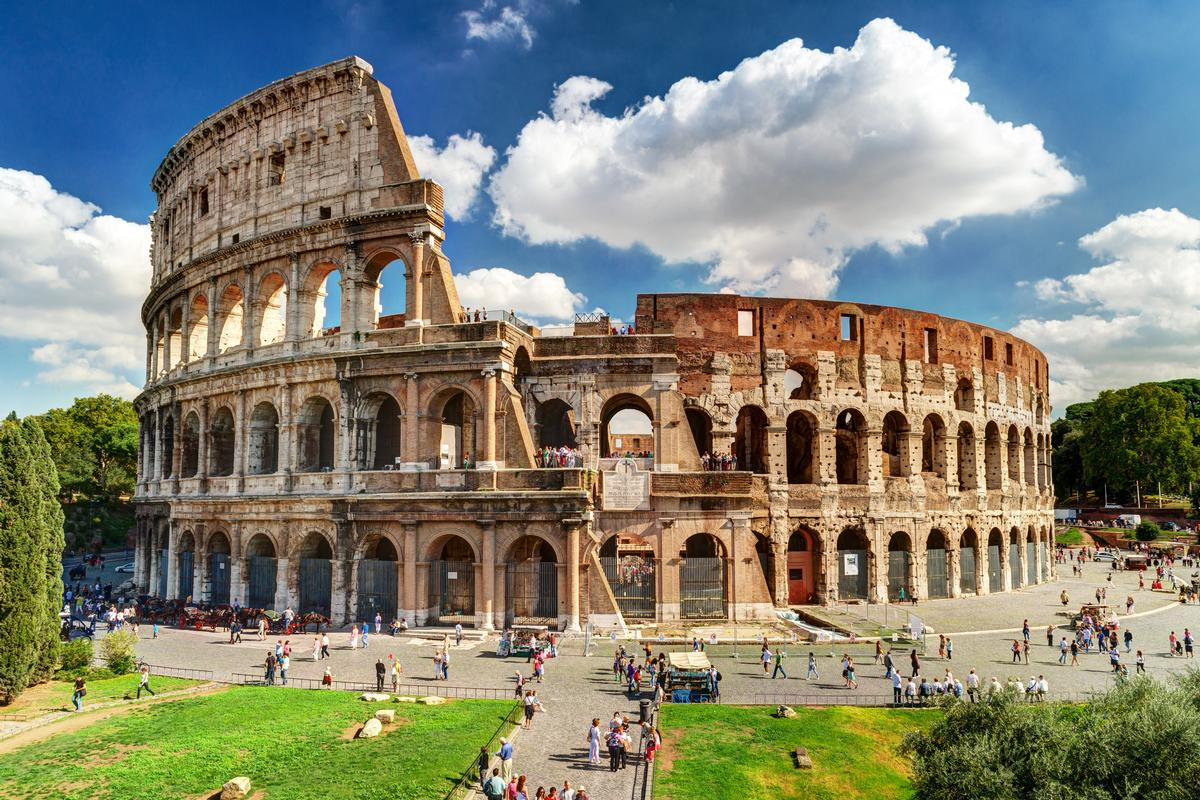 The Colosseum has been washed with atomised water and then hand-scrubbed to remove dirt deposits / Shutterstock.com