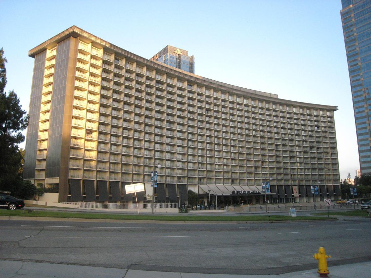 Minoru Yamasaki designed the original curving hotel building / Wiki Commons