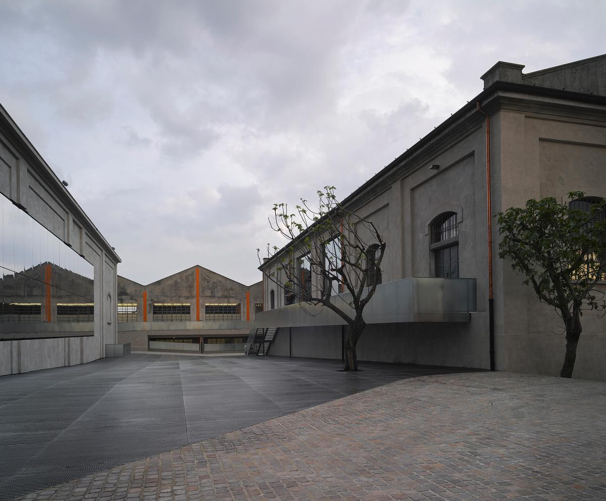 The cinema has been clad in glass / Bas Princen