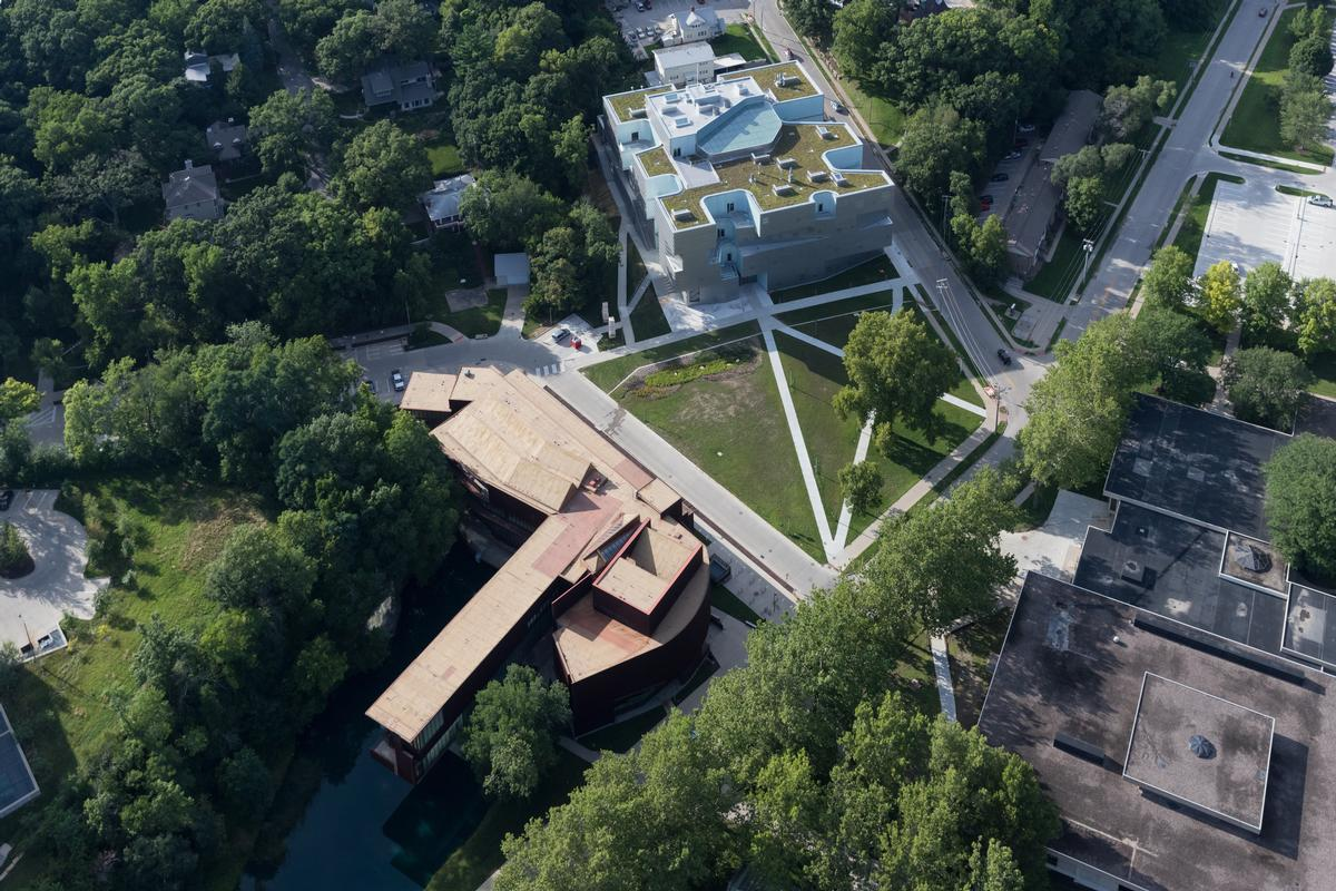 A rooftop green studio features at the summit of the Visual Arts Building / Steven Holl Architects