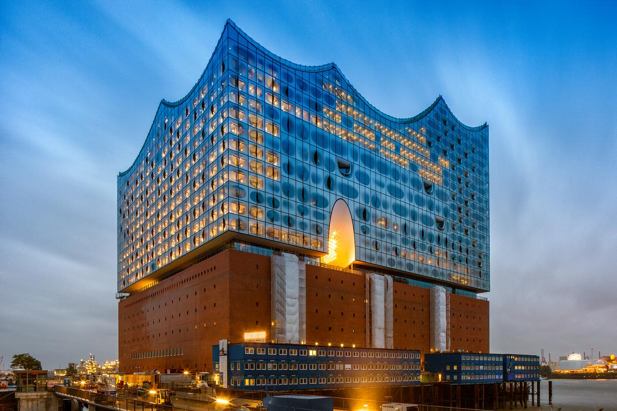 The building is a new landmark on the Hamburg harbour / Thies Raetzke