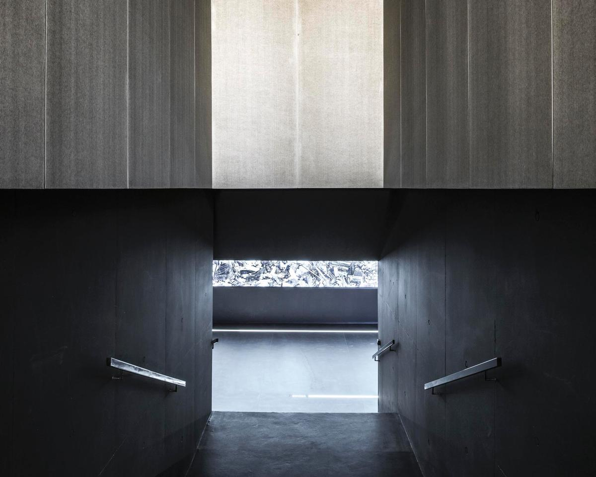 Minimalist design was used for the interiors, allowing the exhibits to be the main point of focus / KWK Promes