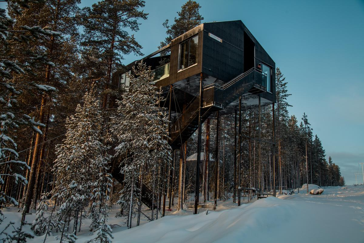 Hovering 10m (32.8ft) above the ground amongst the trees, the 7th Room is a traditional Nordic wooden cabin with a large netted terrace suspended above the forest floor / Johan Jansson