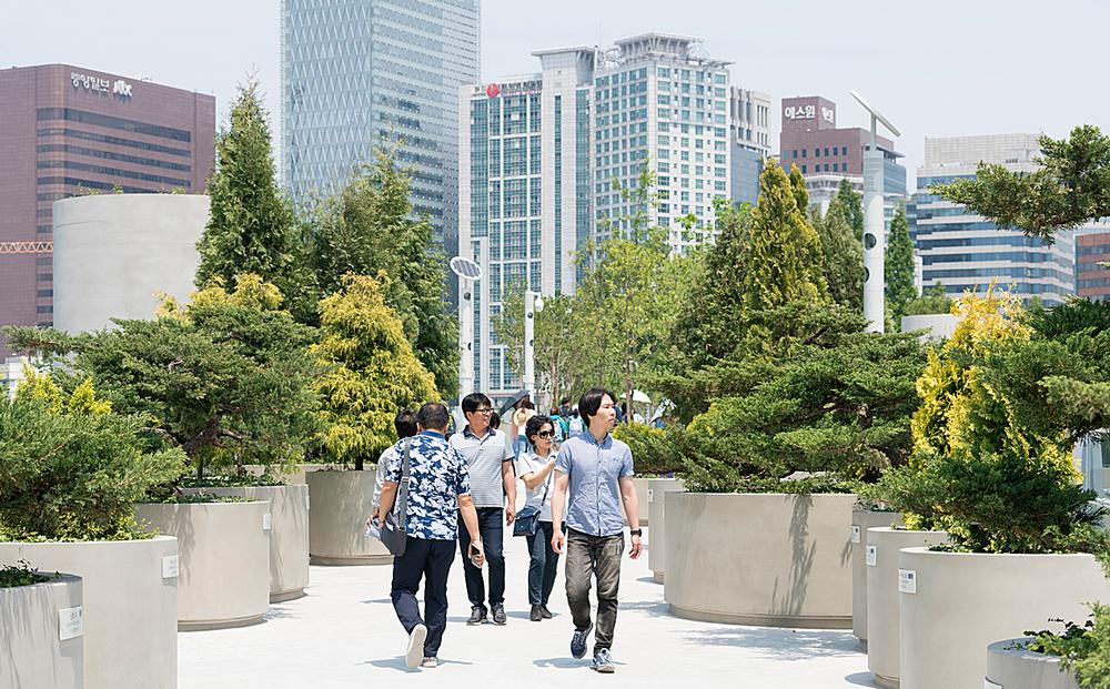 Inspired in part by  New York's High Line, the project was conceived to make the city greener / Images: Ossip van Duivenbode