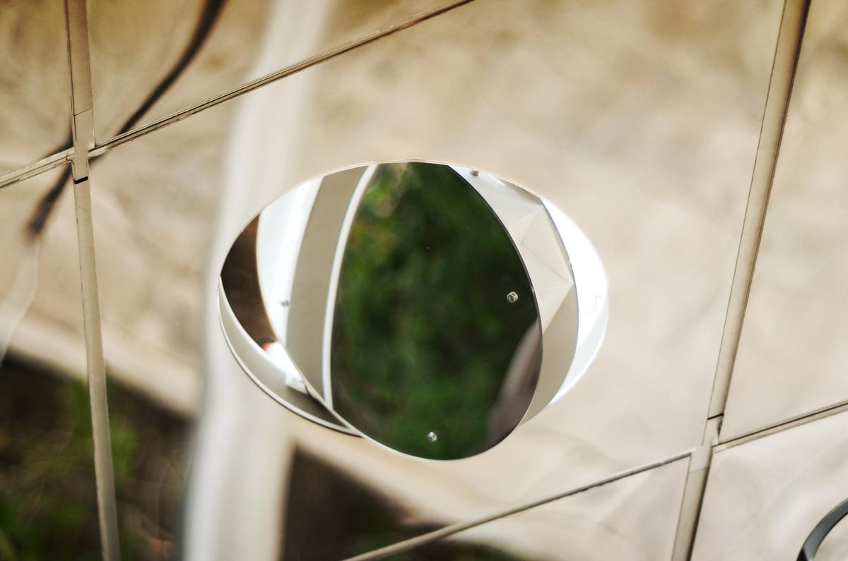 The digitally-controlled mirrors can tilt to face the sun / Pietro Leoni