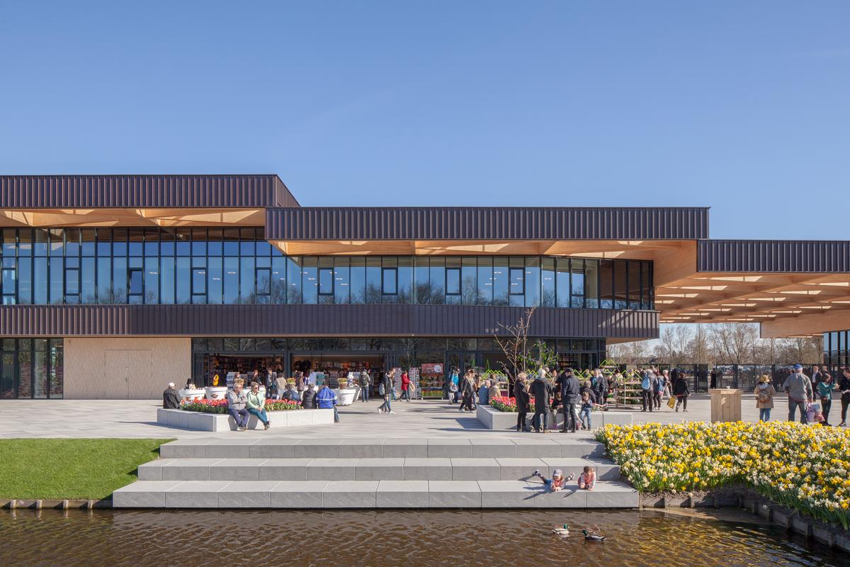 The building houses a restaurant, shops and other visitor facilities / Mecanoo architecten