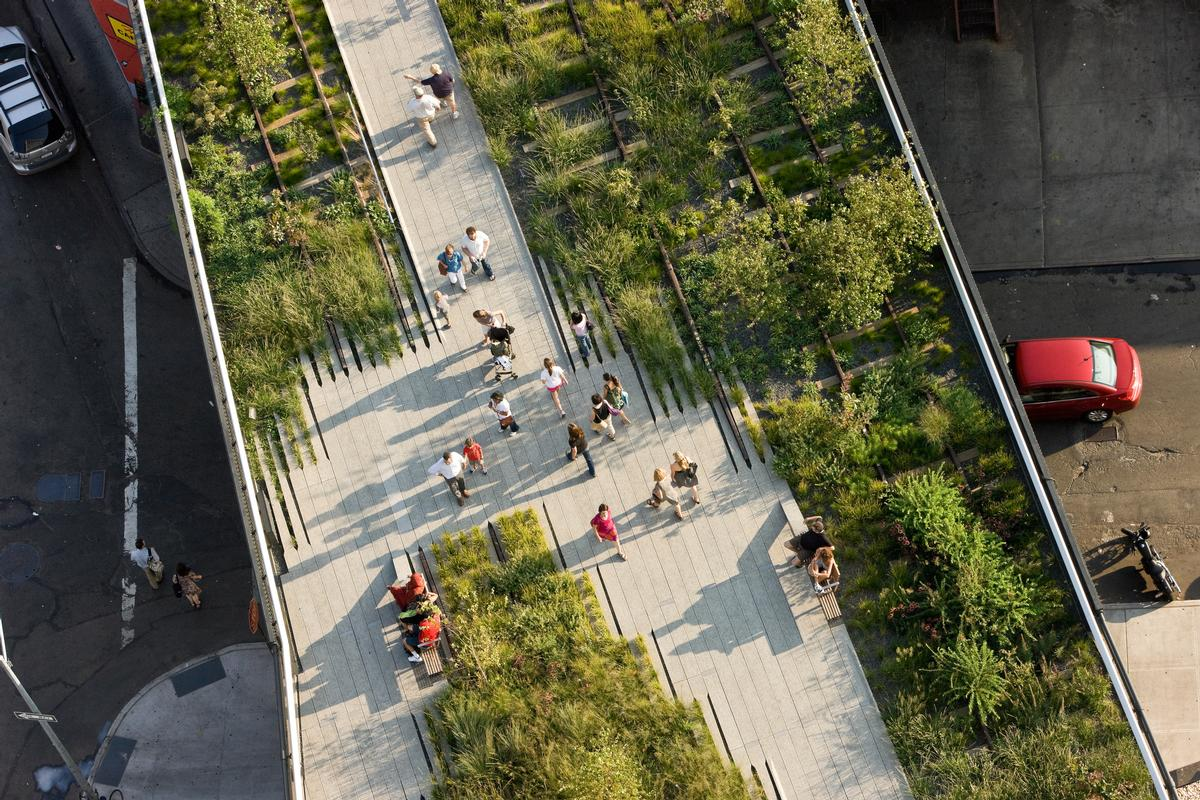 Since opening, the High Line has become a regular point for marriage proposals, wedding photos, birthday celebrations, community events and public gatherings / Field Operations