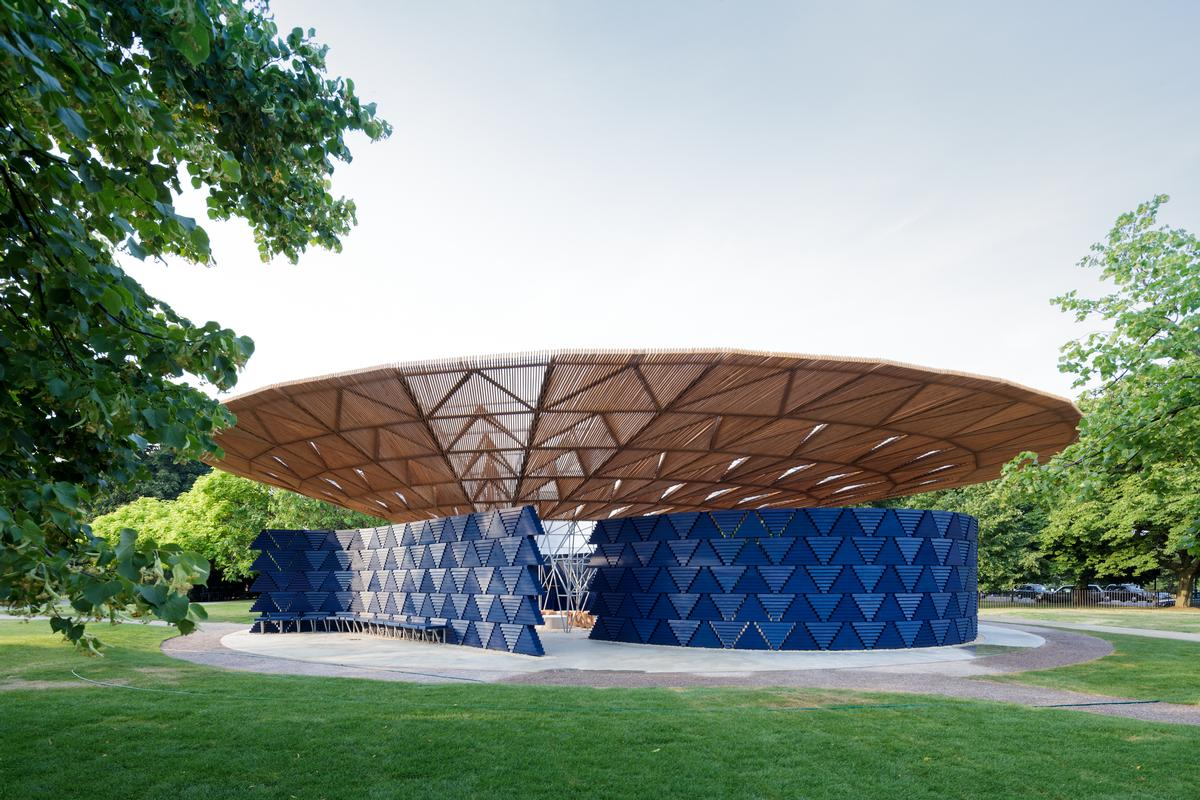 The pavilion was inspired by the tree that serves as a central meeting point for life in Kére's hometown of Gando, Burkina Faso  / Iwan Baan