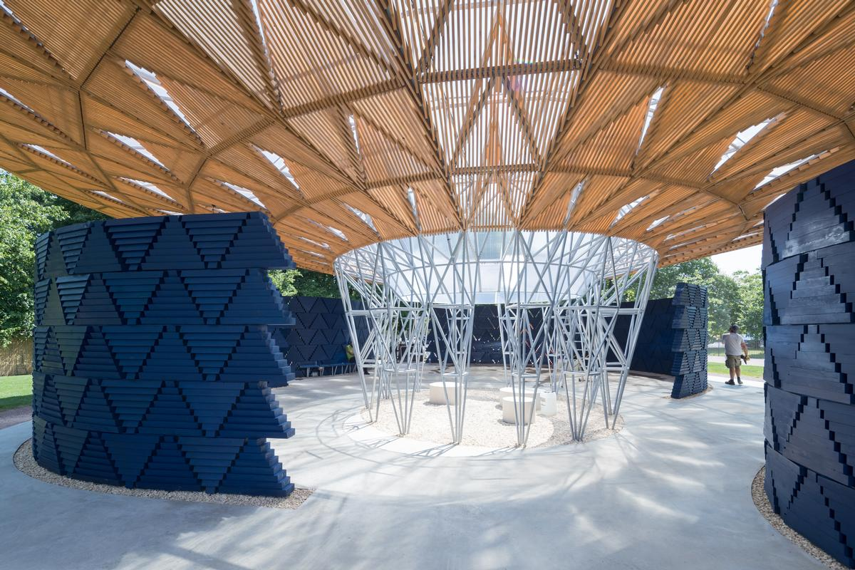 To mimic the tree's canopy, Kéré visualised an expansive timber roof, supported by a central latticed steel framework / Iwan Baan