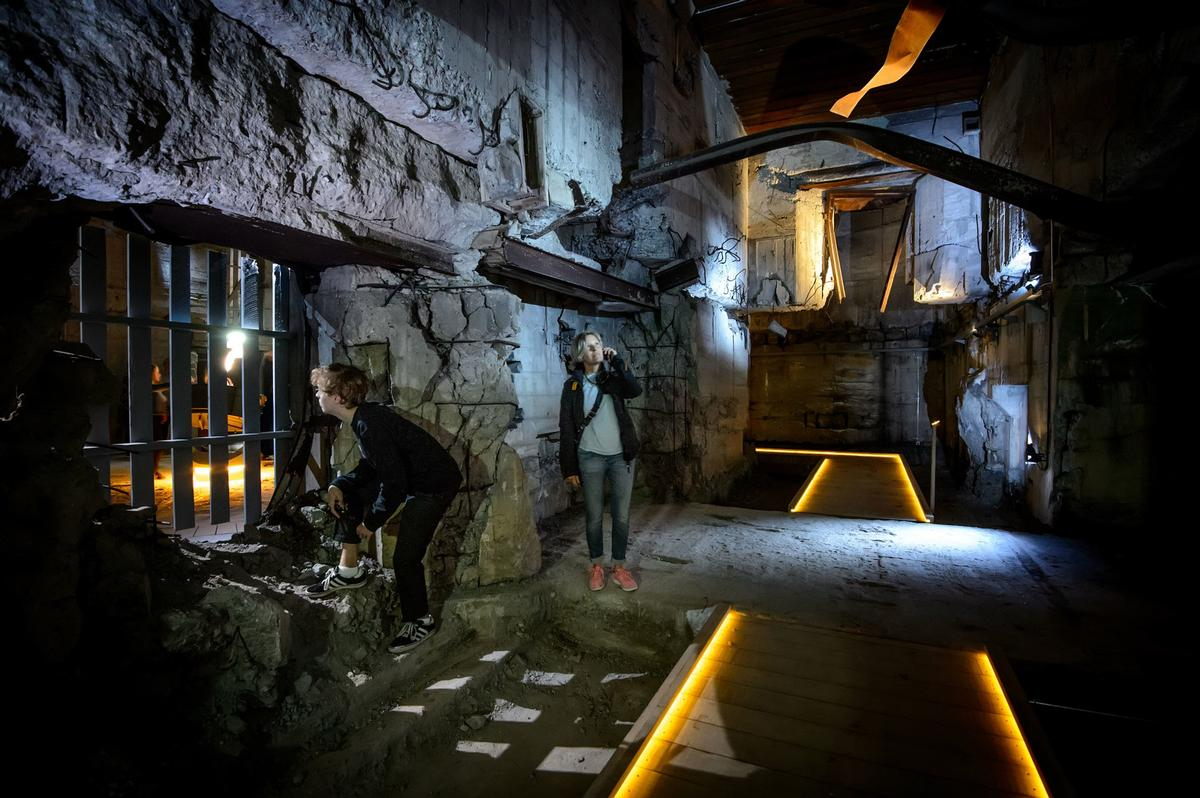 In the dark of the bunker, visitors can play with light and activate shadow plays that reveal how the bunker should have functioned