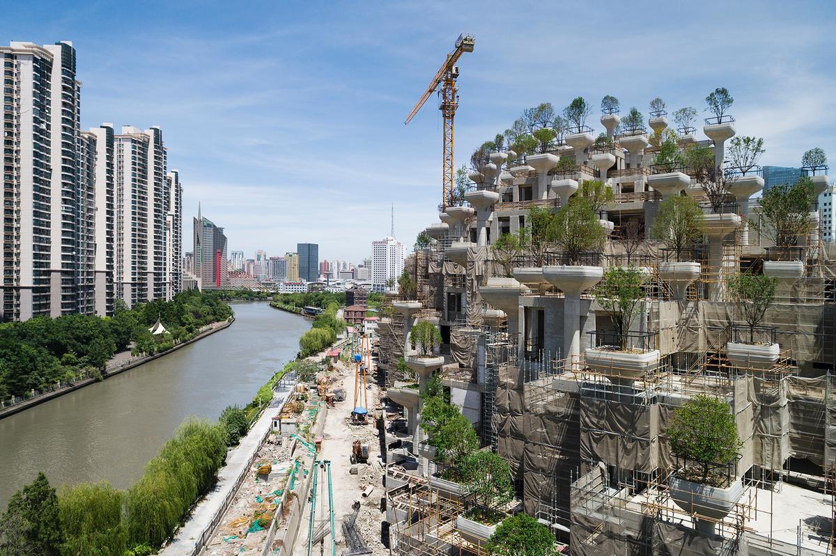 Thomas Heatherwick is creating a mountain-inspired district in Moganshan, Shanghai, called 1000 Trees / Noah Sheldon