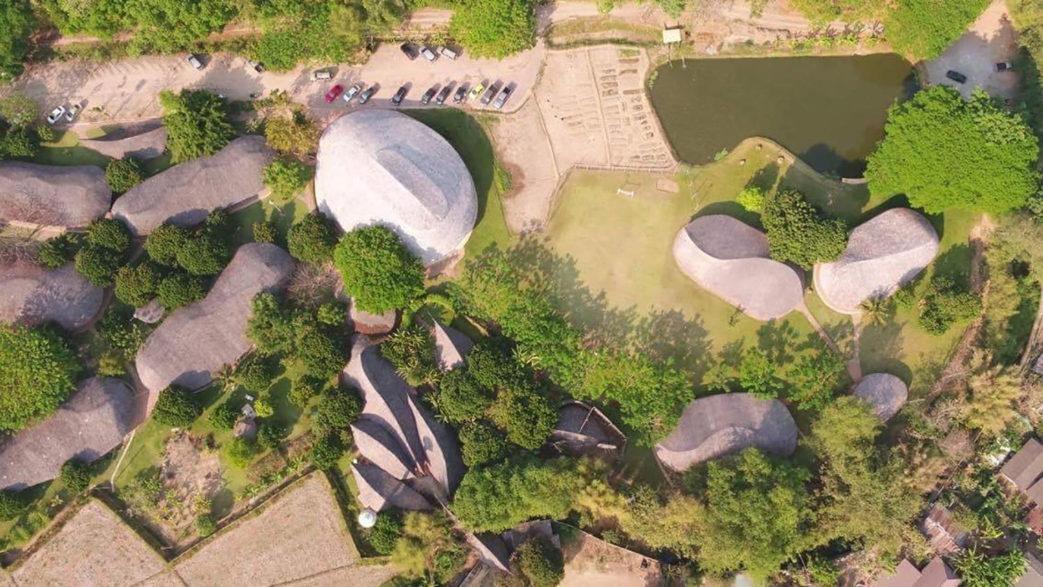 CLC had previously designed the school's other buildings, using rammed earth building methods and layered bamboo roofs / Chiangmai Life Construction