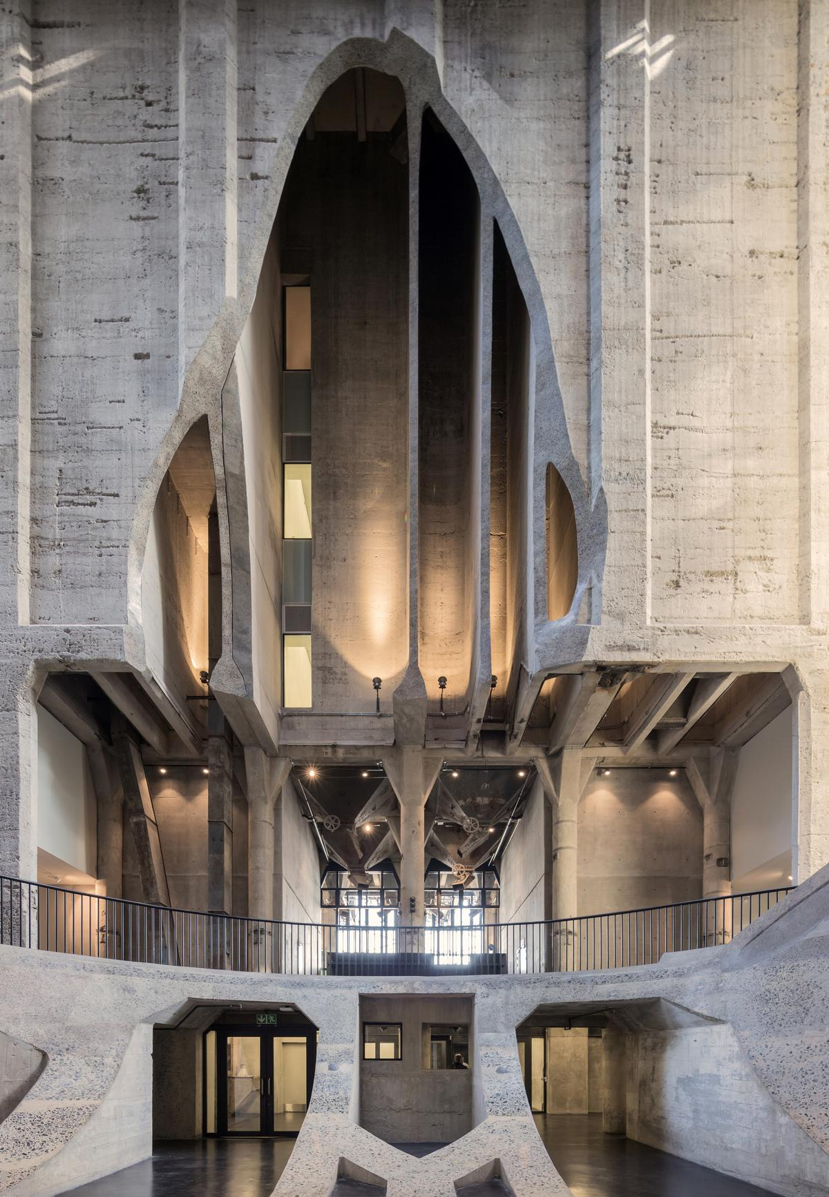 The galleries and the atrium space at the centre of the museum have been carved from the silos' dense cellular structure of forty-two tubes / Iwan Baan