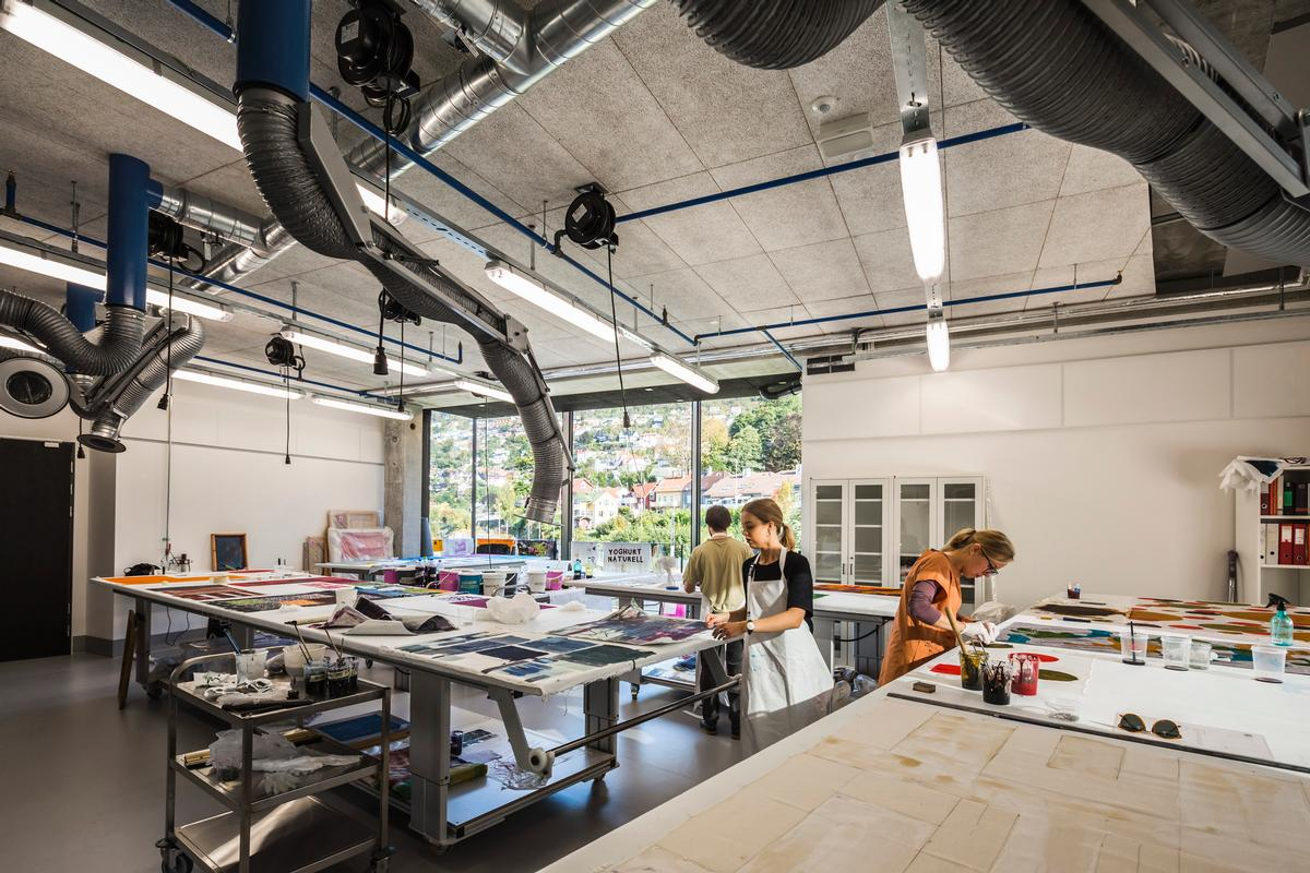 32 large workshop and display areas are equipped with heavy machinery for woodwork, ceramics, metalwork, plaster, printmaking, textiles, 3D modeling and printing, video, sound art and photography / Tomasz Majewski Photography