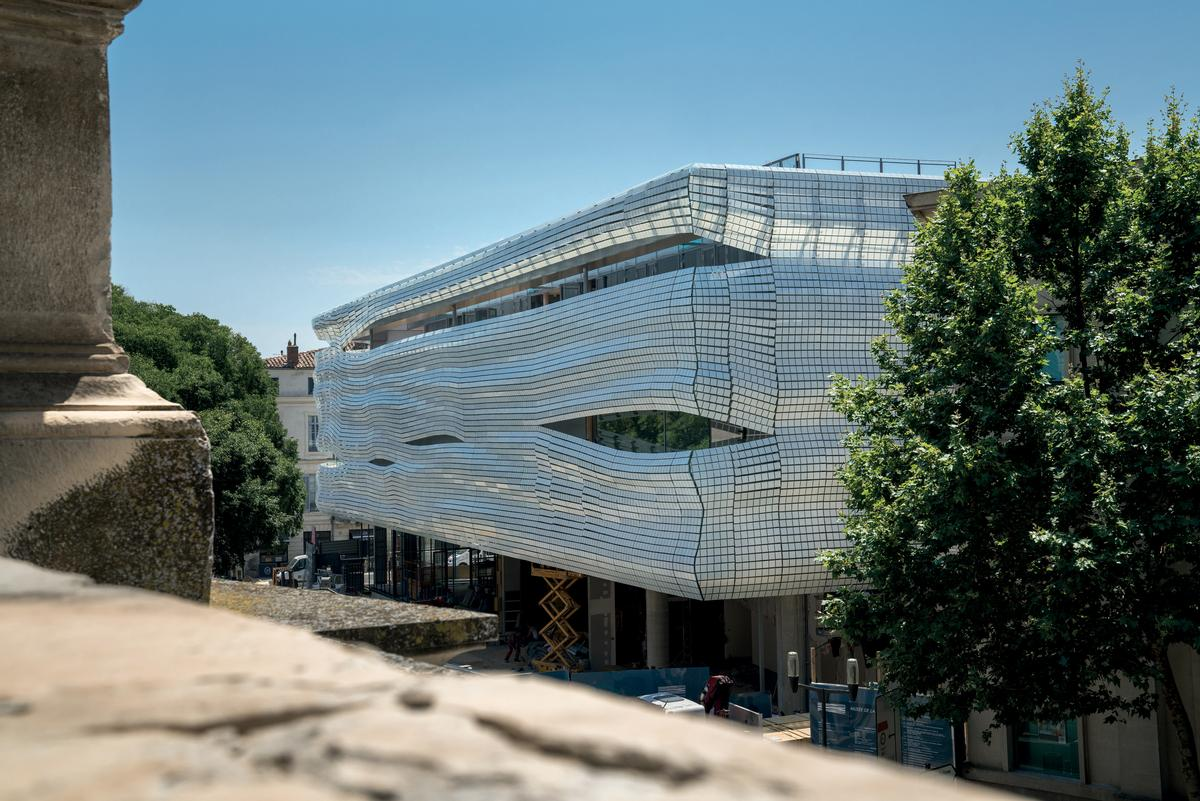 The distinctive exterior supports 6,708 glass strips across a surface of 2,500sq m (27,000sq ft) / Serge Urvoy