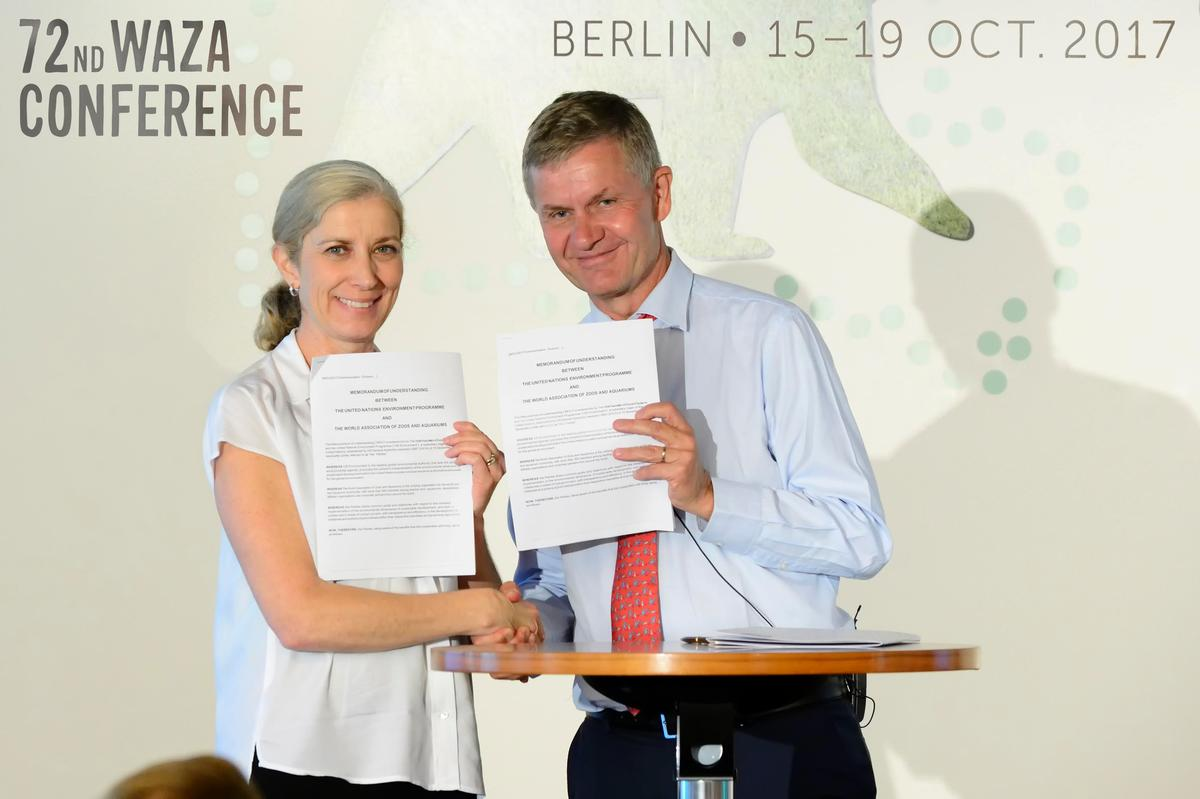 The five-year Memorandum of Understanding was signed by UN Environment executive director Erik Solheim and WAZA president Jenny Gray / WAZA