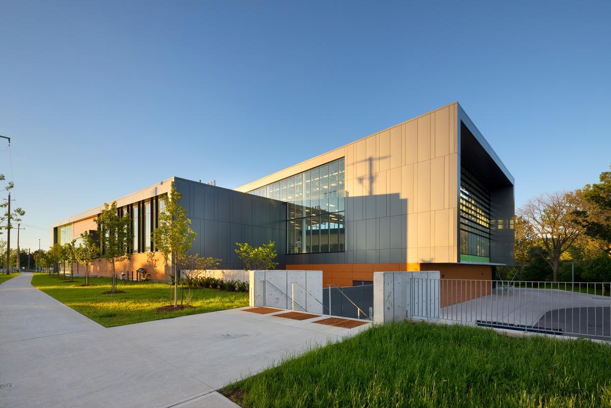 Located at a major arterial intersection to the north of the city, the building had to connect with three surrounding communities / Tom Arban