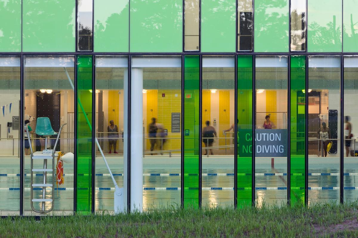 Huge windows wrap around the swimming pool, bathing it in natural light / Tom Arban