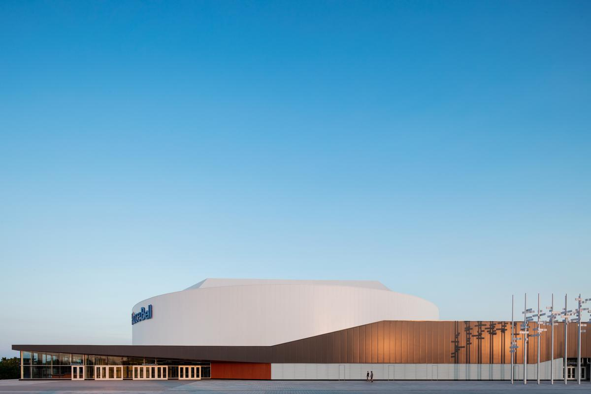 In order to promote the high-level sport and entertainment within, the architects were tasked with designing an iconic facility that 'engages the horizon'