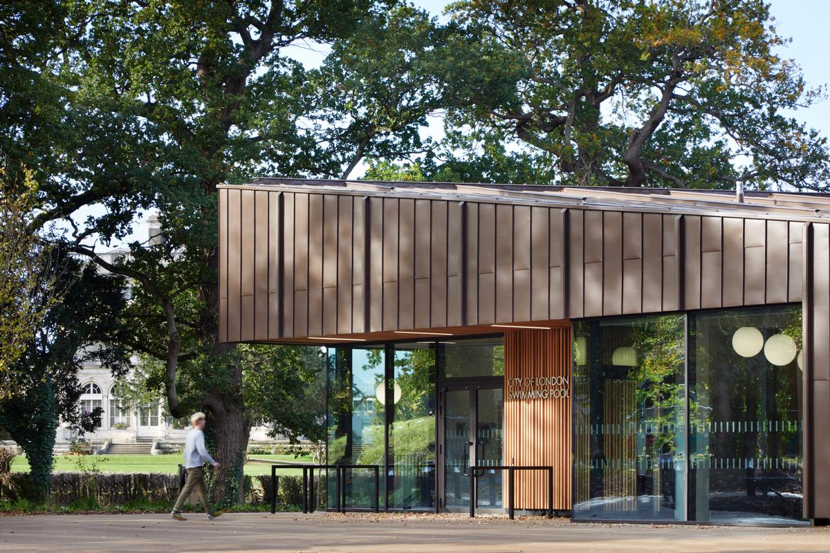 The architects used off-site fabrication methods to create the facility for Freemen's School in the village of Ashtead / Jack Hobhouse