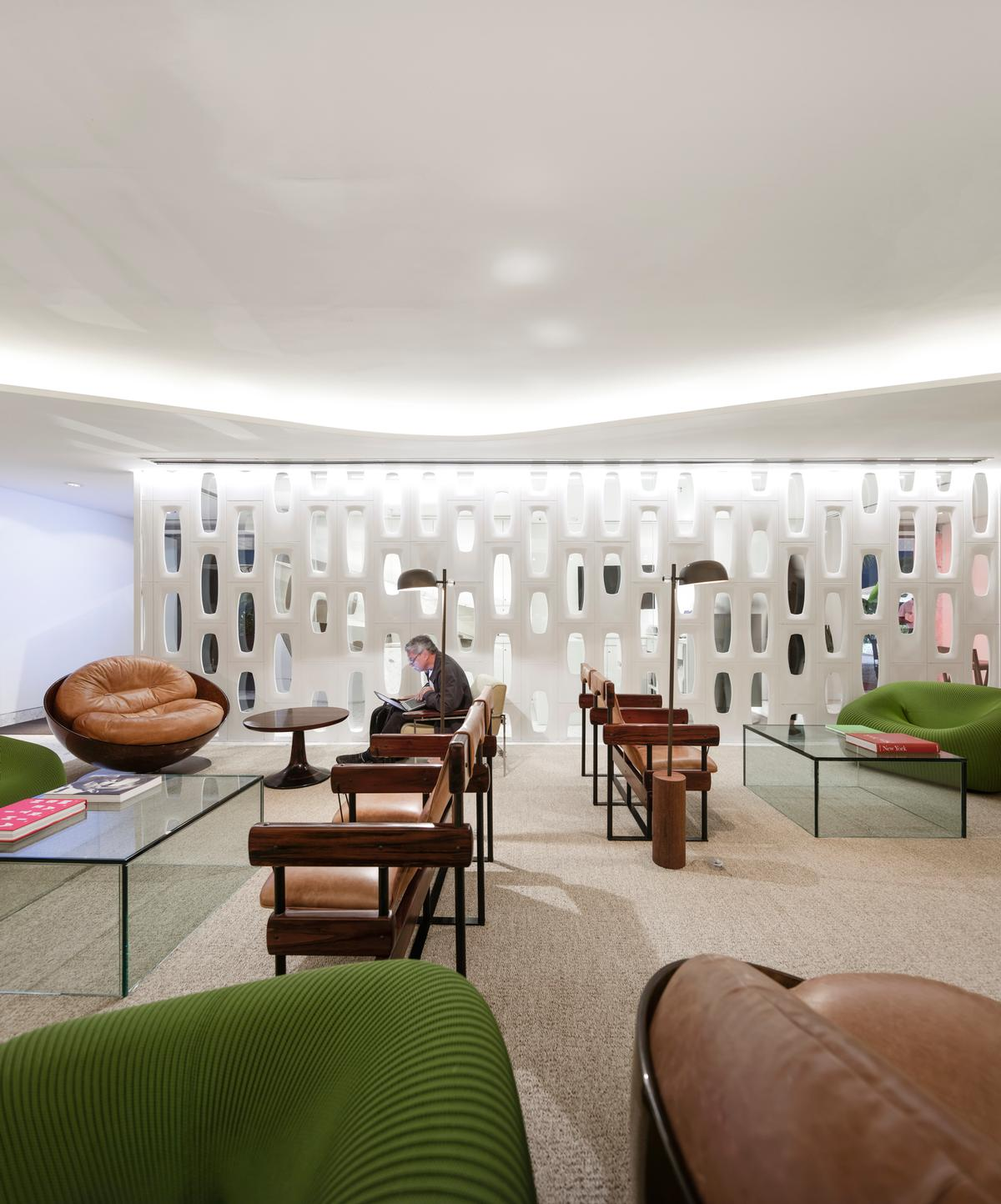 Furniture from the late Sergio Rodrigues is integrated into the hotel, along with the work of contemporary designers such as Paola Lenti / Fernando Guerra